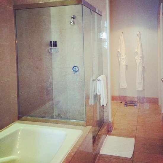 Great sized bathroom, but needs a little TLC